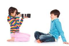 Ragazza che cattura una foto Immagine Stock