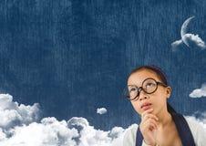 Ragazza che cerca cielo nuvoloso con la luna Fotografia Stock