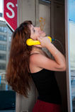 Ragazza che chiacchiera sul telefono Fotografie Stock Libere da Diritti