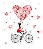 Ragazza che cicla con il grande cuore rosso per il giorno di biglietto di S. Valentino Immagini Stock Libere da Diritti