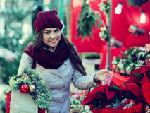 Ragazza che compra correttamente le composizioni floreali al Natale Fotografia Stock