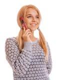 Ragazza che comunica sul sul suoi telefono e sorridere delle cellule Fotografie Stock Libere da Diritti