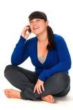 Ragazza che comunica sul telefono delle cellule Fotografie Stock Libere da Diritti