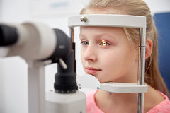 Ragazza che controlla visione con il tonometer alla clinica di occhio Fotografie Stock Libere da Diritti