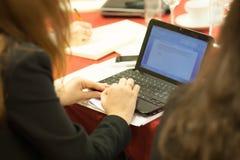 Ragazza che digita sul computer portatile Fotografia Stock