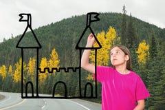 Ragazza che disegna un castello sulla strada Fotografie Stock Libere da Diritti