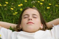Ragazza che dorme all'esterno Immagine Stock