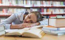 Ragazza che dorme alla biblioteca Fotografia Stock Libera da Diritti