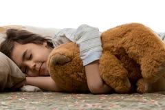 Ragazza che dorme con l'orso di orsacchiotto Fotografia Stock