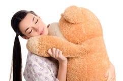 Ragazza che dorme con un grande orsacchiotto. Fotografia Stock