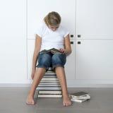 Ragazza che dorme sopra i suoi libri Fotografia Stock