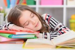 Ragazza che dorme sui libri Immagini Stock Libere da Diritti
