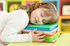 Ragazza che dorme sui libri Fotografia Stock Libera da Diritti