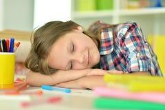 Ragazza che dorme sui libri Immagine Stock
