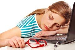 Ragazza che dorme sul suo computer portatile Immagini Stock