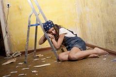 Ragazza che dorme sulla scaletta Fotografia Stock