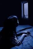 Ragazza che esamina fuori la finestra Fotografia Stock Libera da Diritti