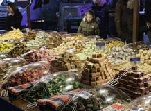 Ragazza che esamina i dolci della caramella il mercato Fotografia Stock Libera da Diritti