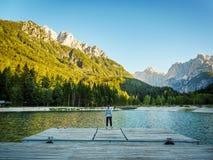 Ragazza che esamina il lago nelle montagne, Slovenia kranjska Gora fotografia stock libera da diritti