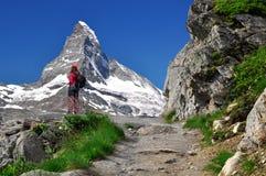 Ragazza che esamina il Matterhorn Fotografie Stock