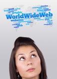 Ragazza che esamina il tipo del Internet di icone Fotografie Stock Libere da Diritti