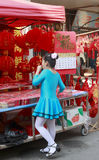 Ragazza che esamina la lanterna del cinese di motivo di taglio della carta cinese Fotografia Stock Libera da Diritti