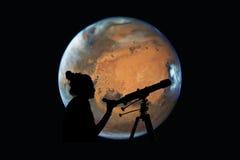 Ragazza che esamina le stelle con il telescopio Pianeta di Marte Immagini Stock Libere da Diritti