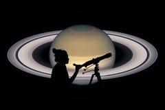 Ragazza che esamina le stelle con il telescopio Pianeta di Saturn Fotografia Stock Libera da Diritti