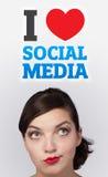 Ragazza che esamina tipo sociale di icone Immagine Stock