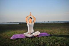 Ragazza che esegue yoga - 5 immagine stock libera da diritti