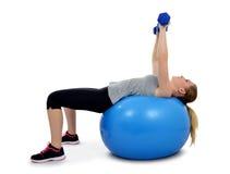 Ragazza che esercita forma fisica di allenamento aerobica Fotografie Stock Libere da Diritti
