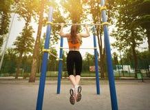 Ragazza che fa allenamento sul campo sportivo in parco Fotografia Stock
