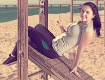 Ragazza che fa allenamento sulla spiaggia nella mattina soleggiata Immagine Stock Libera da Diritti