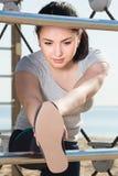 Ragazza che fa allenamento sulla spiaggia nella mattina soleggiata Fotografie Stock Libere da Diritti