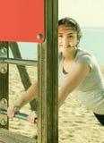 Ragazza che fa allenamento sulla spiaggia nella mattina soleggiata Fotografie Stock