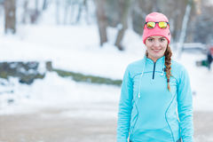 Ragazza che fa allenamento urbano durante l'inverno Fotografie Stock Libere da Diritti
