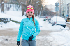 Ragazza che fa allenamento urbano durante l'inverno Immagini Stock