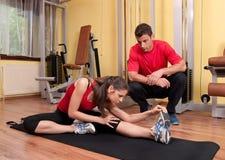 Ragazza che fa allungando le esercitazioni in ginnastica Immagini Stock