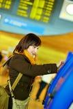 Ragazza che fa auto-registrazione nell'aeroporto Fotografia Stock