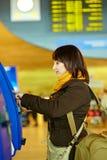 Ragazza che fa auto-registrazione nell'aeroporto Fotografia Stock Libera da Diritti