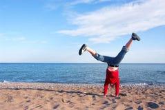 Ragazza che fa cartwheel Fotografie Stock Libere da Diritti