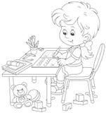 Ragazza che fa compito dopo il suo gioco con i giocattoli Immagine Stock Libera da Diritti