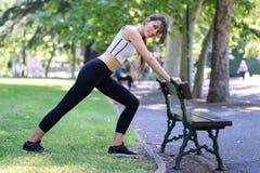 Ragazza che fa ginnastica al parco Fotografia Stock Libera da Diritti