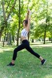 Ragazza che fa ginnastica al parco Immagini Stock