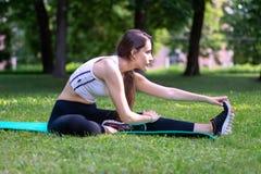 Ragazza che fa ginnastica al parco Immagini Stock Libere da Diritti