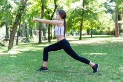 Ragazza che fa ginnastica al parco Fotografia Stock
