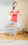 Ragazza che fa gli esercizi di yoga Immagine Stock Libera da Diritti