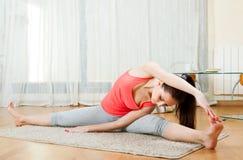 Ragazza che fa gli esercizi di yoga Fotografia Stock