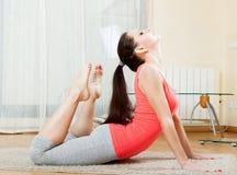 Ragazza che fa gli esercizi di yoga Fotografia Stock Libera da Diritti