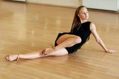 Ragazza che fa gli esercizi in una classe di ballo Immagini Stock